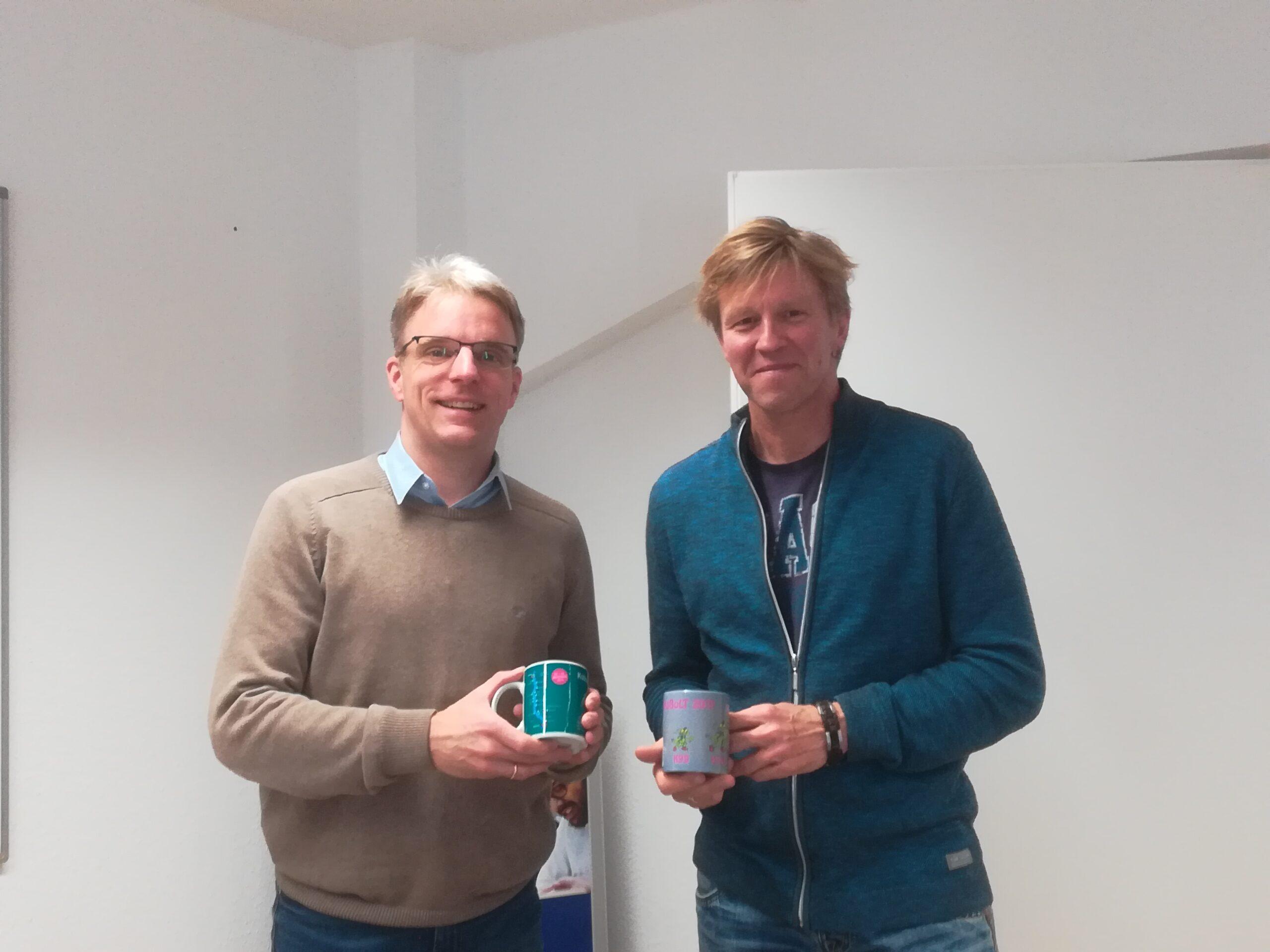 CEO Martin Schulze und Stefan Scherzer mit KoBoLT-Tassen
